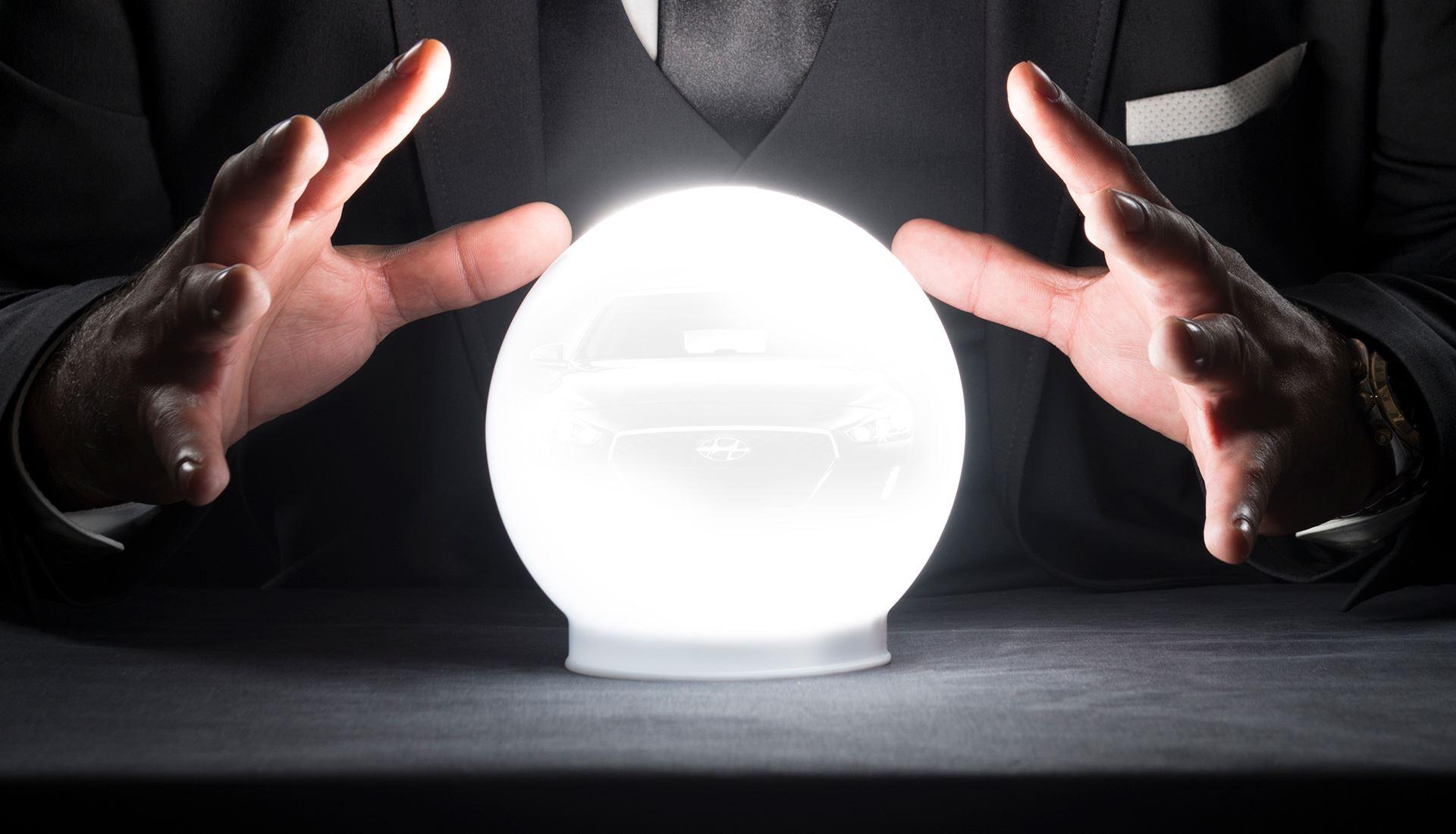 Autojaar 2021 door een glazen bol